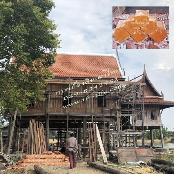 เรือนไทยไม้ฝาปะกนมุงหลังคาด้วยกระเบื้องดินเผาสุโขทัยจัมโบ้เคลือบแดง